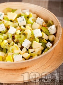 Салата с целина, грозде, ябълки, синьо сирене и орехи - снимка на рецептата